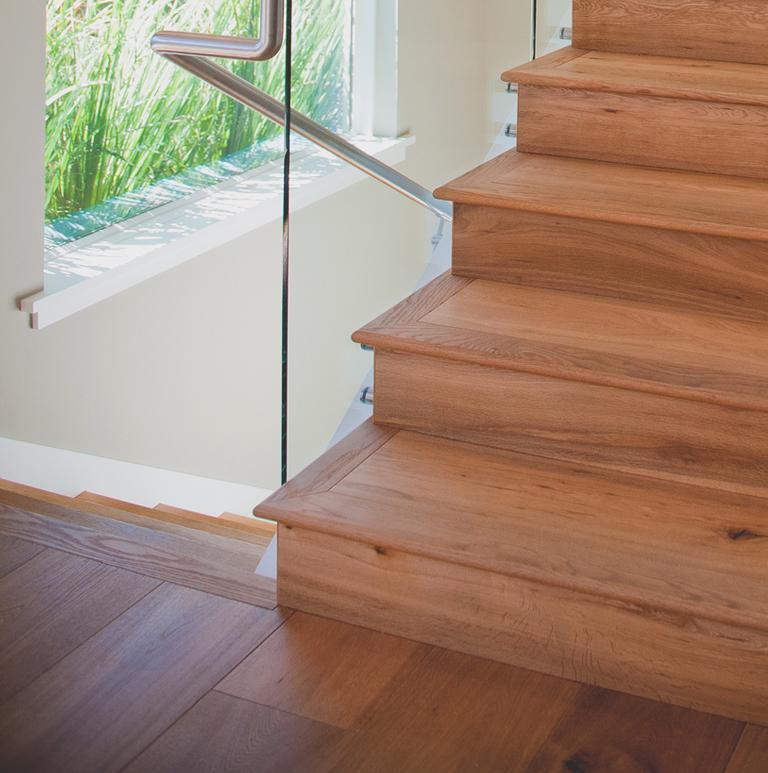 Drewniane schody z metalową barierką